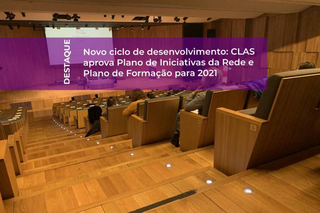 Imagem auditório CLAS 14 dez 2020 com etiqueta com título da notícia