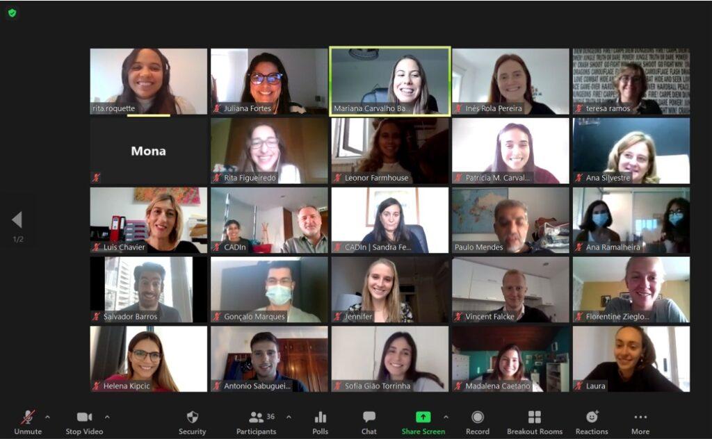 Imagem de monitor de computador com  uma reunião online com múltiplos participantes